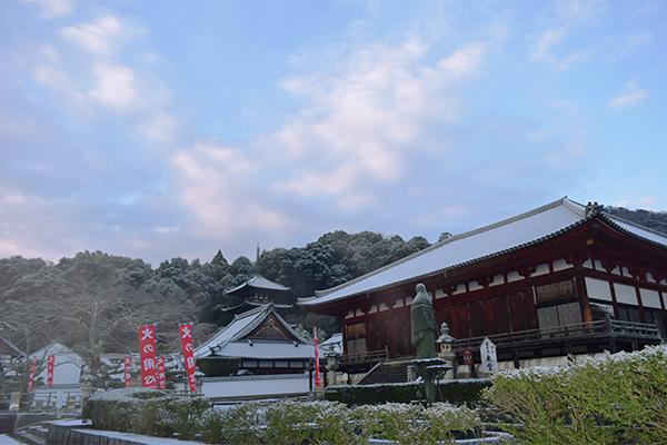 當麻寺ほんのり雪景色